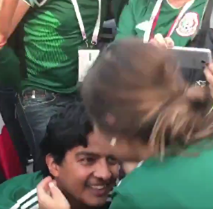 墨西哥赢得比赛后墨西哥小伙子向女朋友求婚