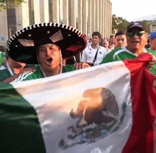 墨西哥对战德国结束后, 球迷戴着阔边帽在欢歌笑语中离开场地