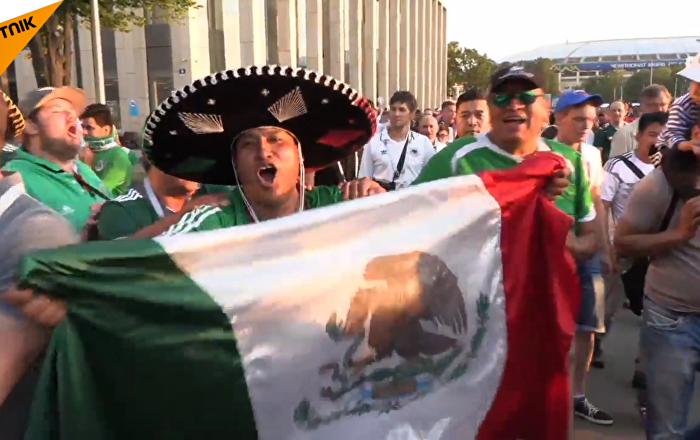 墨西哥對戰德國結束後, 球迷戴著闊邊帽在歡歌笑語中離開場地
