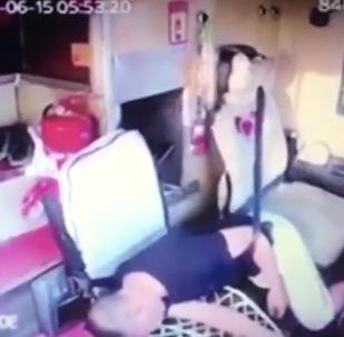 高速上大客车司机突然晕厥,这个温州人把住了方向盘
