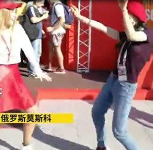 中国女球迷丝与俄美女斗舞