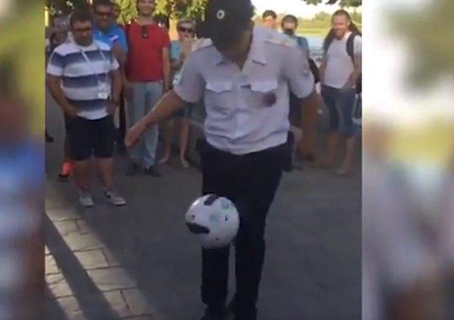 顿河畔罗斯托夫警察在游客欢呼声中展示精湛球技