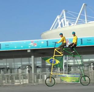 巴西球迷骑三米高双人自行车为巴西队助威