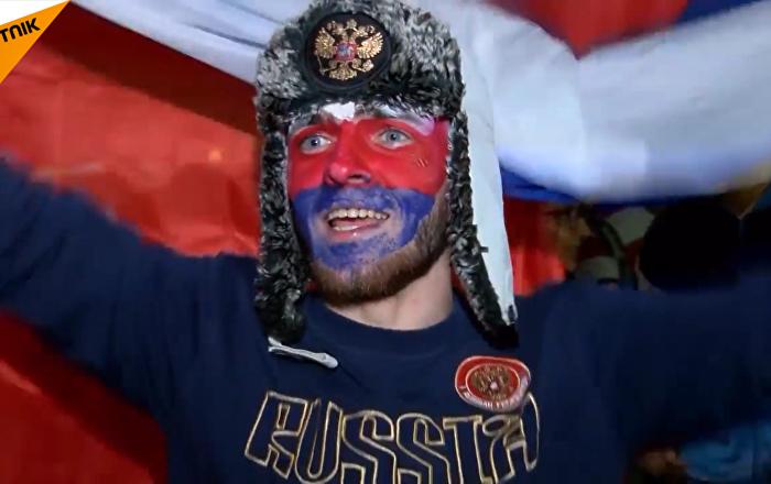 球迷庆祝俄罗斯队两连胜