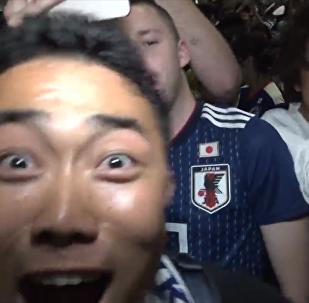 日本球迷狂欢庆祝自己球队的胜利