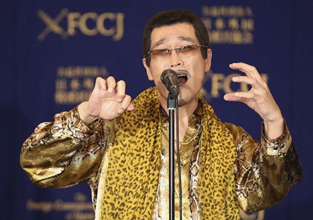 日本洗脑歌《Pen-Pineapple-Apple-Pen》让日本喜剧演员刚出生的女儿安静了下来
