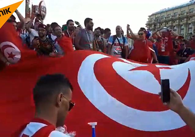 红场变成球迷的红色海洋
