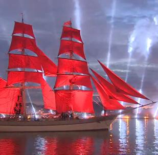 聖彼得堡紅帆節——夜晚涅瓦河上紅帆煙花兩相映