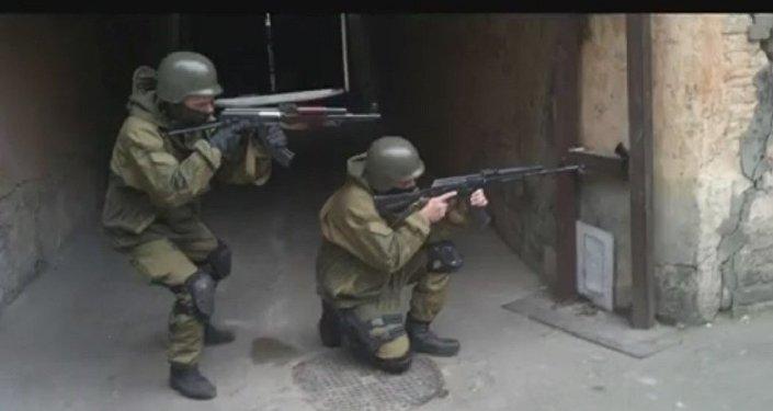 在2014年的乌克兰事件发生前,谢尔盖·萨诺夫斯基曾在内卫部队特种部队服役,之后参加了基辅独立广场上的抗议活动,尔后效力于以法西斯分子为核心的亚速团特种部门。
