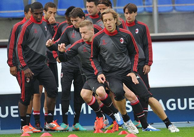 米兰队被拒欧冠杯赛场外