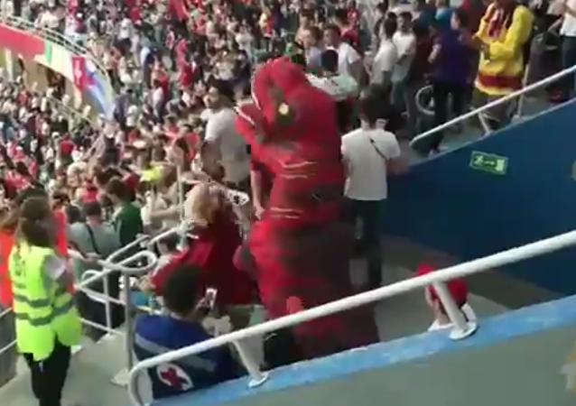 Болельщик в кокошнике подрался с динозавром