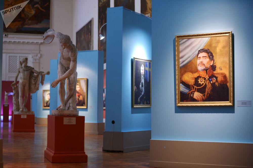 在2018年世界杯到来期间,在圣彼得堡美术学院博物馆中的著名球员迭戈·马拉多纳的画像。
