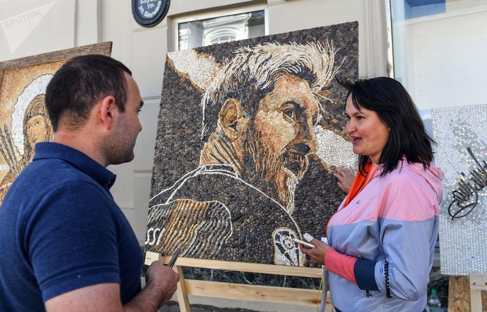 喀山鲍曼大街上的阿根廷国脚前锋梅西的马赛克肖像。
