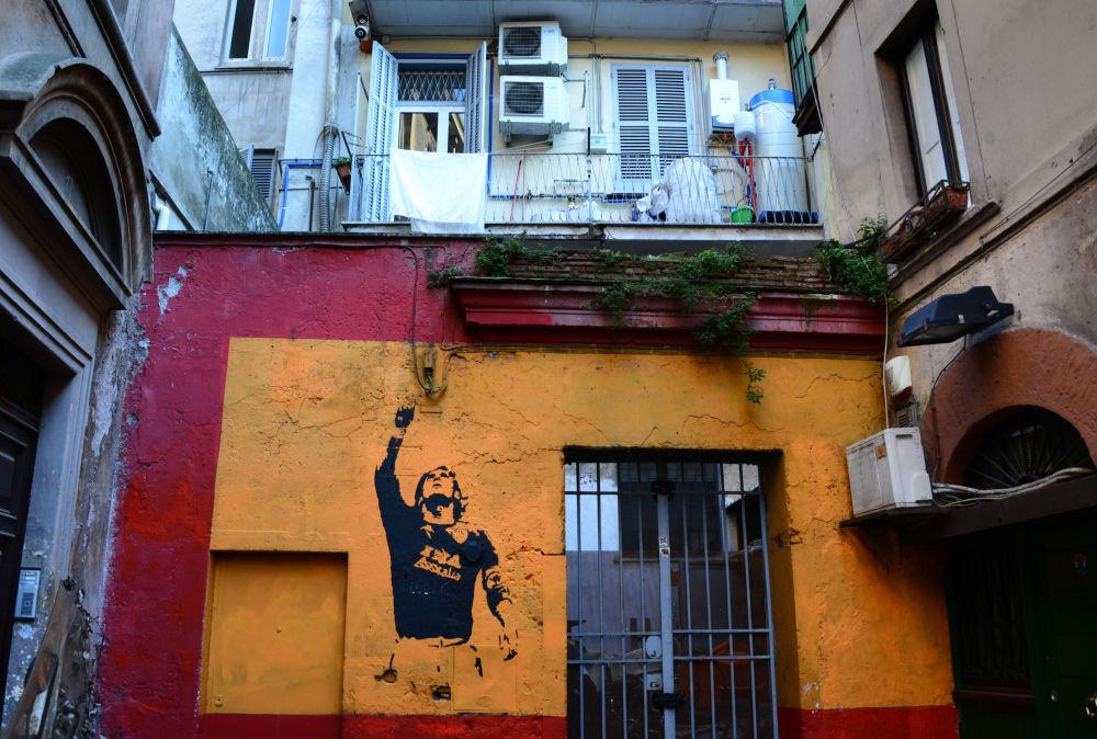 罗马。画着球星托蒂的涂鸦。