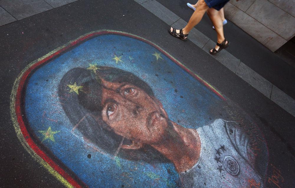 在德国沥青路上,画着德国国家队主教练勒夫。