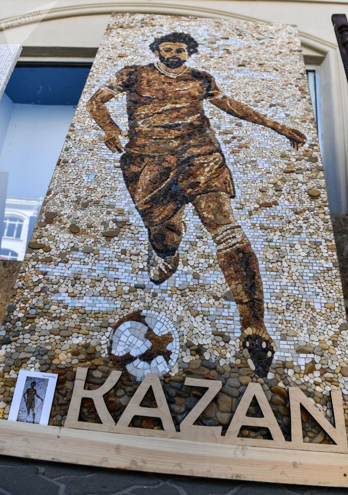在喀山鲍曼大街上的埃及国家队前锋萨拉赫的马赛克肖像。