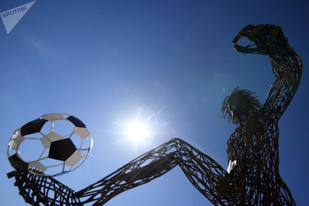 """喀山""""化学""""大街。用处理混泥土废料基地的废金属制成的四米高的足球运动员塑像。"""