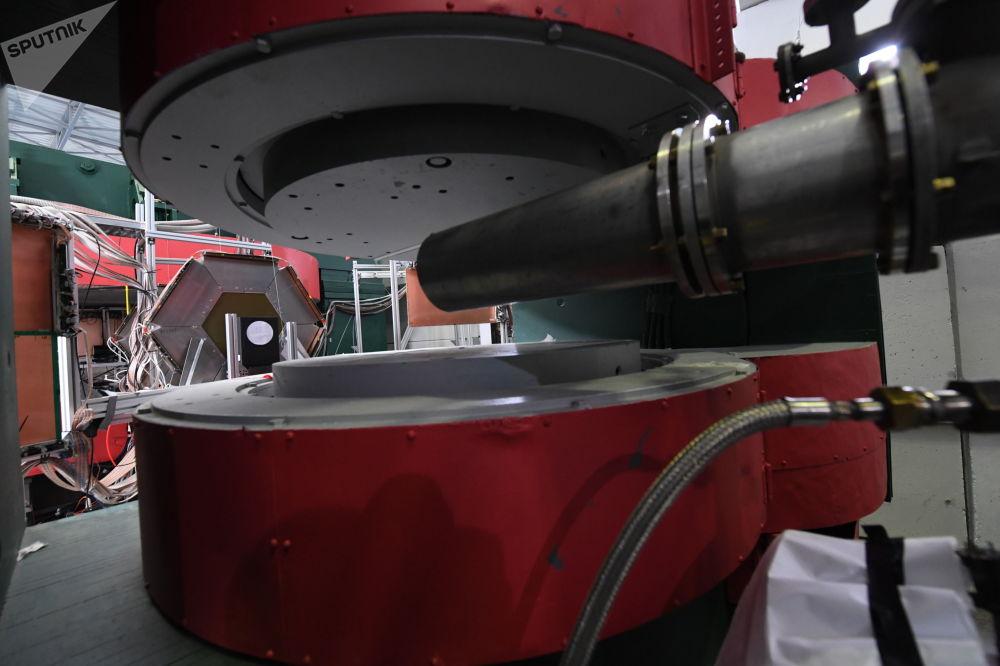 """""""尼卡""""对撞机粒子加速器综合体的一部分已经建成,且已经在运转之中:BM@N检波器在2018年初启动。借助它可以研究原子核组成物之间的相互作用。  图片:SP-57水平聚焦模型和离子导向bm@n。"""