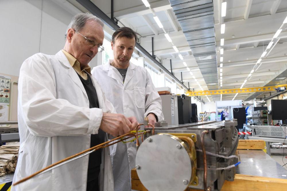 学者们能够借助现代加速器,在实验室中重建宇宙在各个进化阶段所发生的各种过程。  图片:为模型电子试验做准备