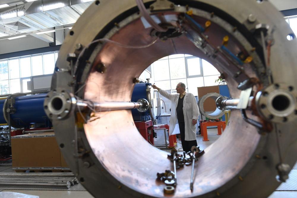 """在""""尼卡""""对撞机粒子加速器启动之后,学者们计划弄清楚,大爆炸时的质子和中子是如何形成的,还要更多了解超高能领域物质的表现。   图片: NUCLOTRON类型的超导磁体恒冷器"""