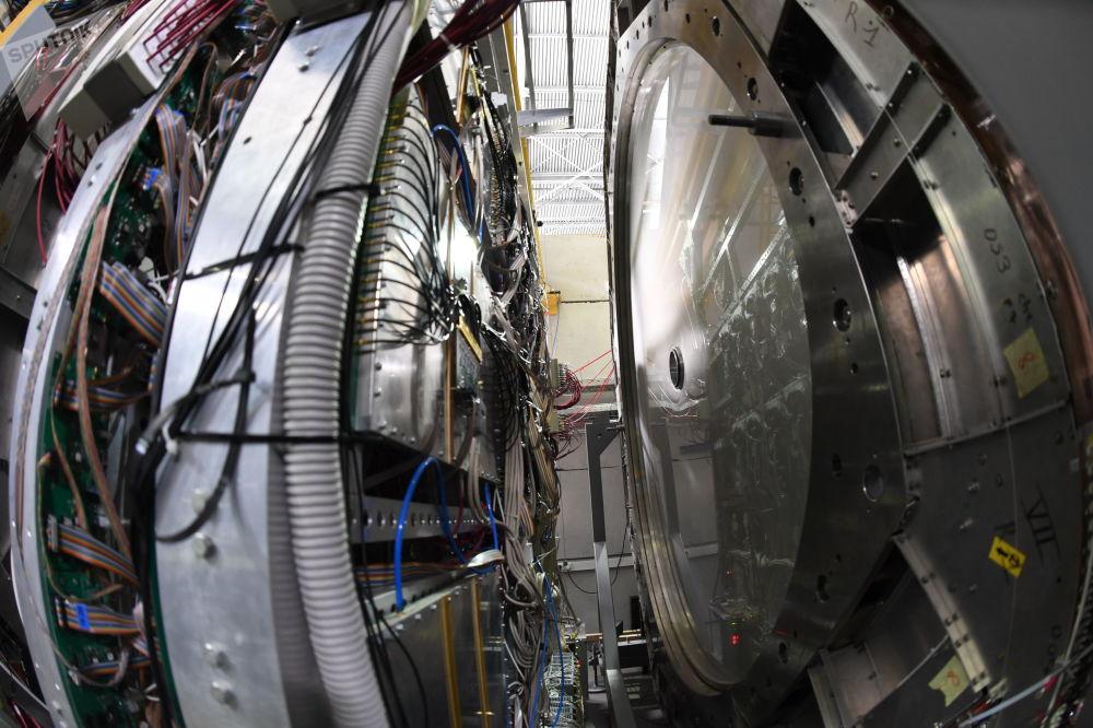 这种知识未来可以为人类带来新的能源类型,这种能源类型对核能构成极大竞争。  图片:左——ToF-700渡越时间系统,右——BM@N装置上的两个移动摄像头之一