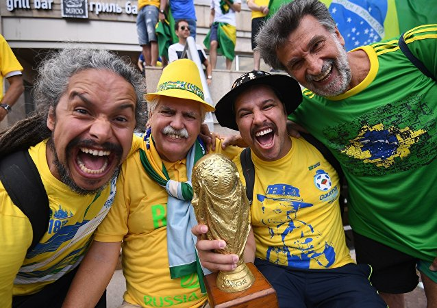 世界各地球迷对世界杯的问候视频开始在莫斯科的有轨电车上播出