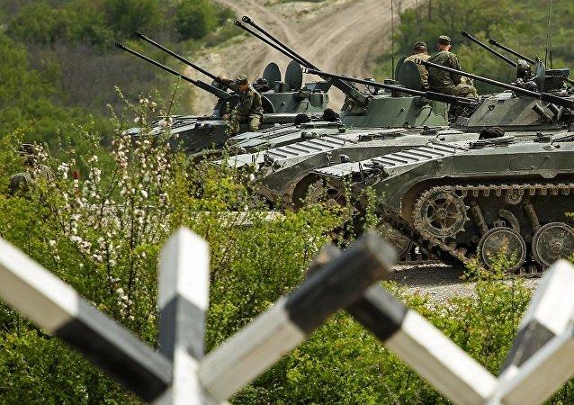 """参加""""国际军事比赛-2018""""的中国车队抵达俄罗斯"""
