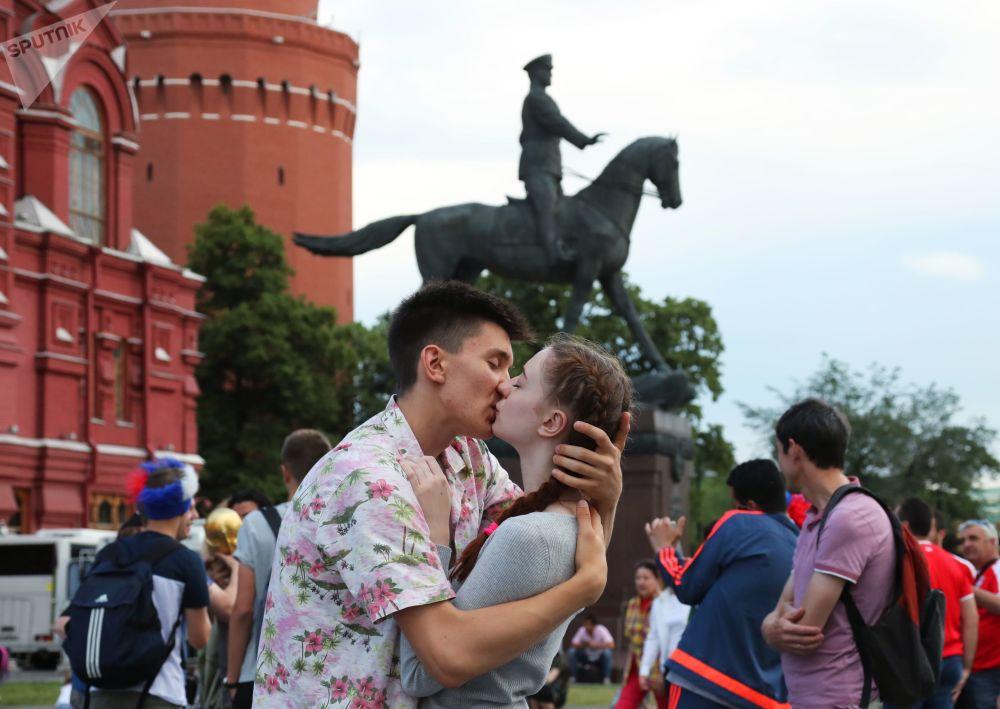 在莫斯科马涅日广场旁亲吻的恋人。