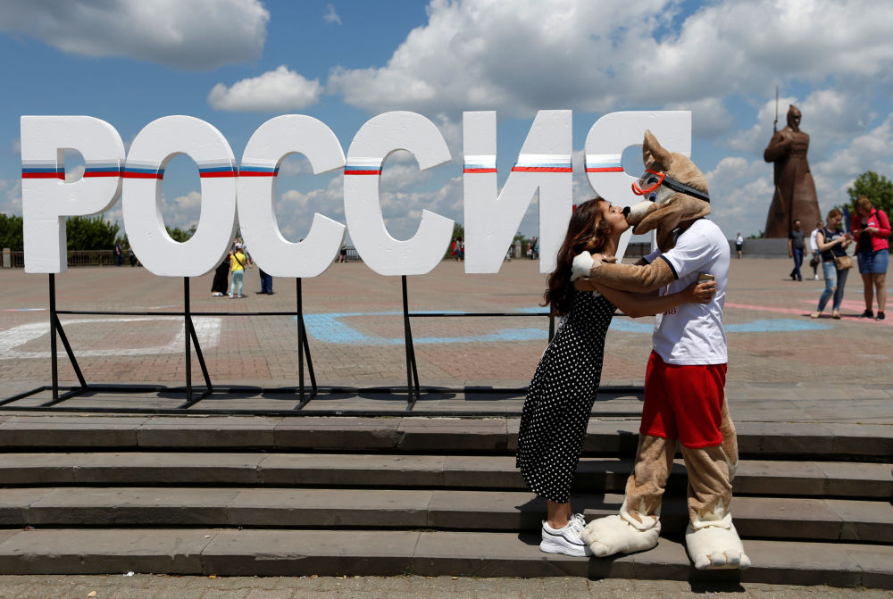 """斯塔夫罗波尔。女孩亲吻""""扎比瓦卡""""狼。"""