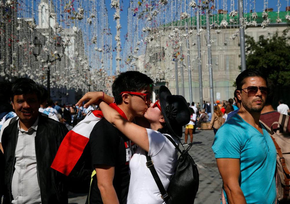 在世界杯期间,在莫斯科市中心的接吻的秘鲁球迷。