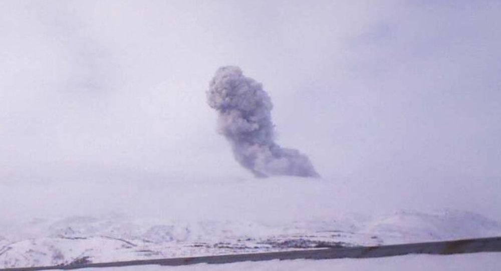 俄千岛群岛埃别科火山喷发 灰柱高达3500米