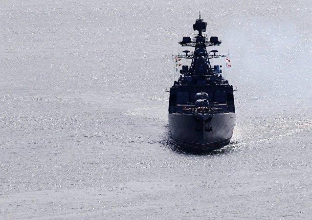 美海军导弹巡洋舰在东海突然切入俄战舰航线