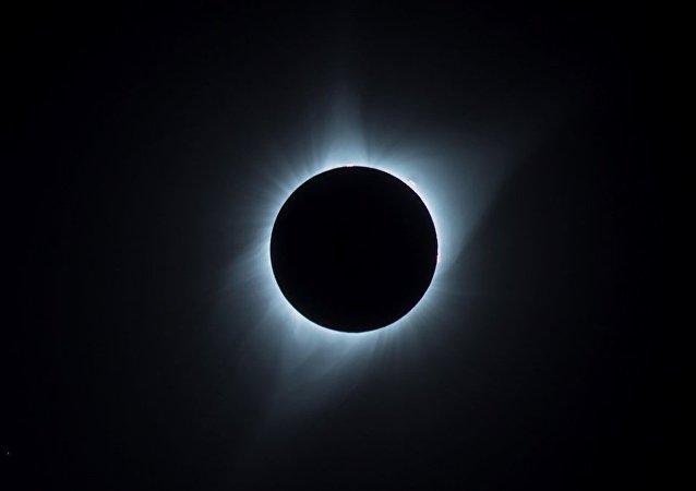 日食和超大月亮的照片被发布在社交网络上