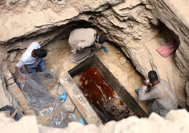 埃及考古人员在北部海岸亚历山大港进行发掘期间在巨型黑色石棺中发现的木乃伊