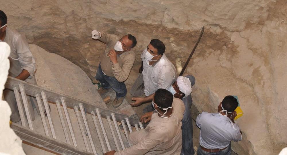 Мумии, найденные в черном гранитном саркофаге при раскопках в Александрии на северном побережье Египта