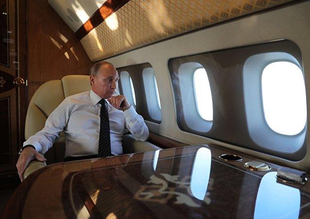 普京在长途飞行中阅读文件和资讯摘要