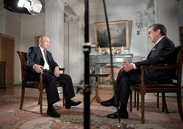 福克斯新闻主持人在采访完普京后前往俄罗斯休假