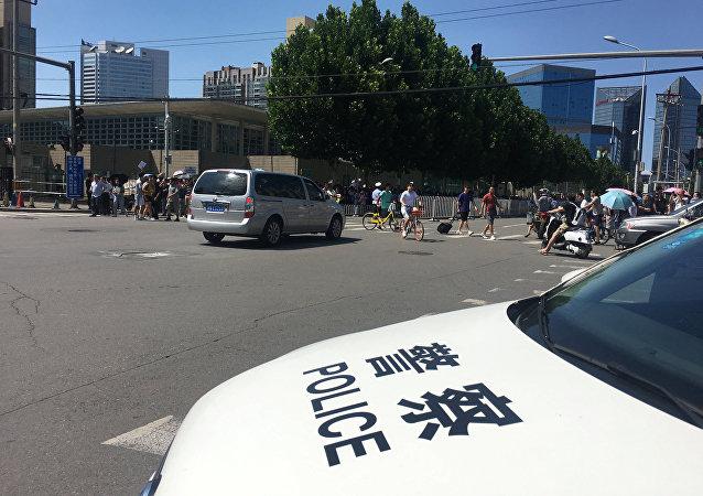 北京警察车美国驻华使馆附近
