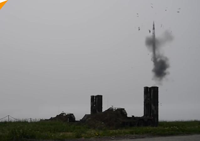 俄S-400系统炮手班完成防空导弹发射任务