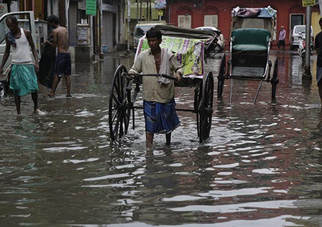印度东北部季风降雨致近5万人被困