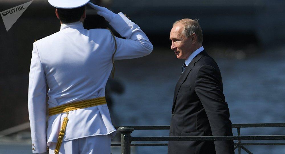 普京出席圣彼得堡海军日阅兵式