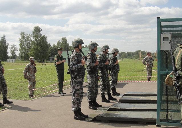 中国官兵在莫斯科近郊进行实弹射击