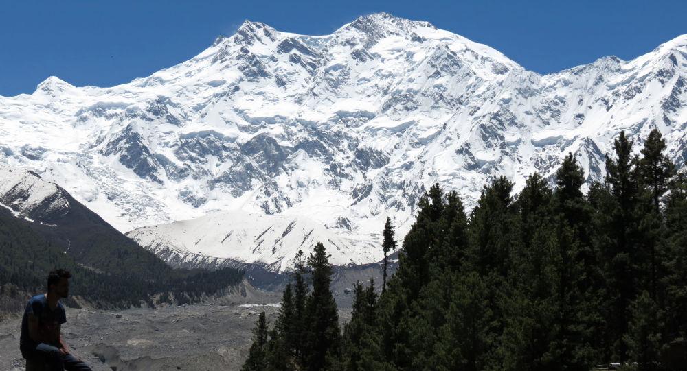 巴基斯坦军人救下试图爬上高峰的2013年度芬兰小姐