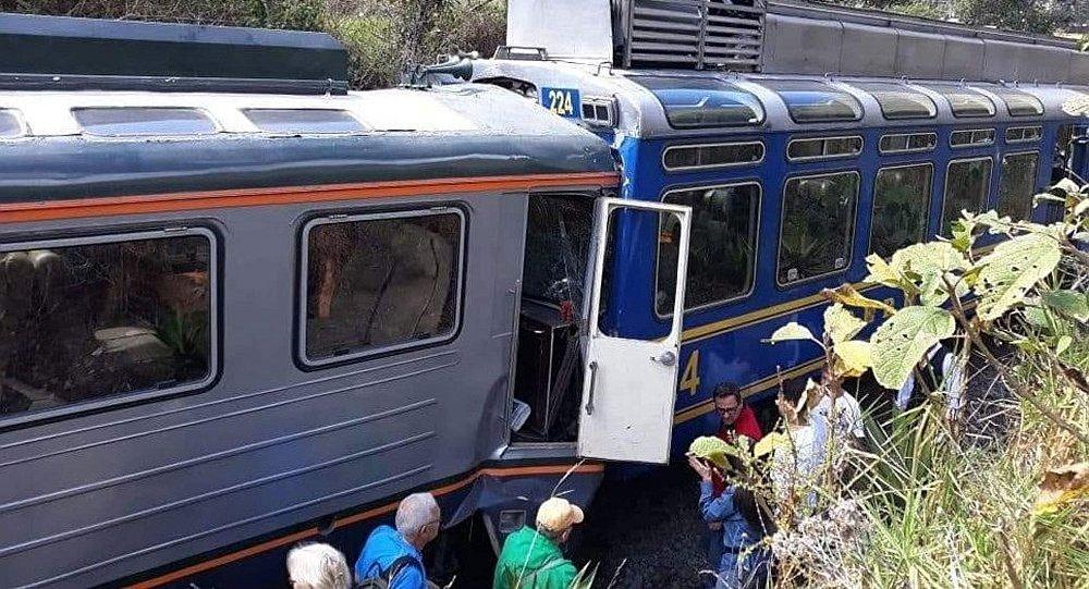 秘鲁两辆旅游列车在前往马丘比丘途中相撞
