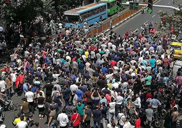 伊朗近百地爆发示威抗议