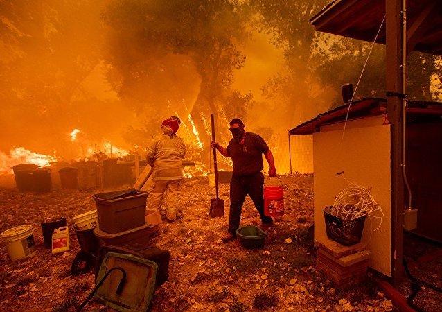媒体:美国1.4万多消防员参与加州灭火