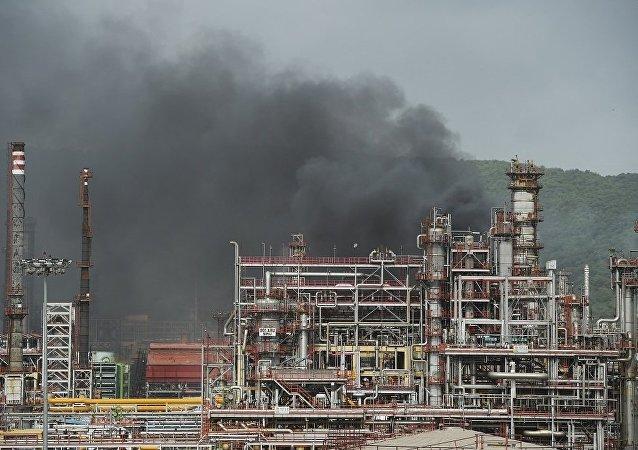 印度孟买炼油厂大火熊熊 20多人受伤