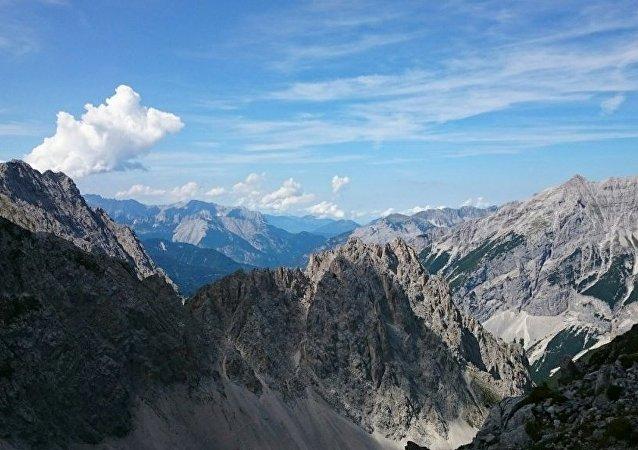 三名登山者在攀登奥地利阿尔卑斯山顶峰时坠亡
