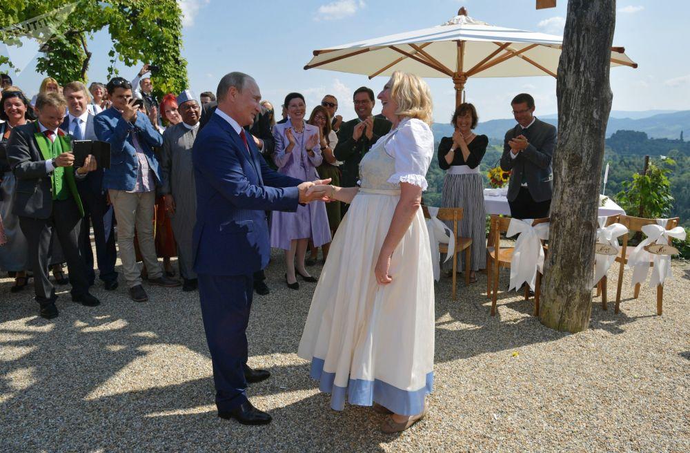 俄罗斯总统弗拉基米尔·普京与奥地利女外长卡琳·克奈斯尔共舞