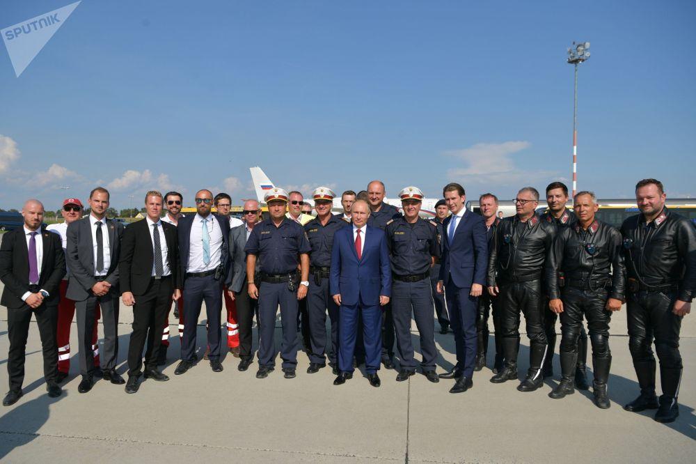 弗莱基米尔·普京和奥地利总理塞巴斯蒂安·库尔茨在格拉茨机场